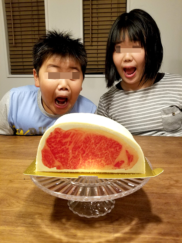 肉ケーキ 和牛サーロインケーキに驚く子供