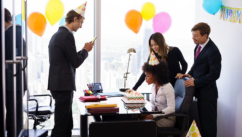 出社したらデスク周辺が飾り付けされてる誕生日サプライズ