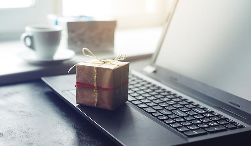 デスクの上に小包(本当はプレゼント)が置かれている誕生日サプライズ
