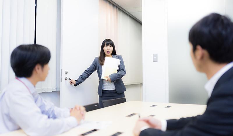 会議室に入ったら全員が自分の顔写真のお面をしている謎のサプライズ