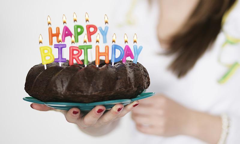 社員食堂でランチを食べていると食堂のおばさんが誕生日ケーキを持ってきてくれる