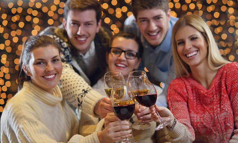 会社帰りに友達と二人で飲みに行ったら仲の良い同期メンバーが集まってくれている誕生日サプライズ