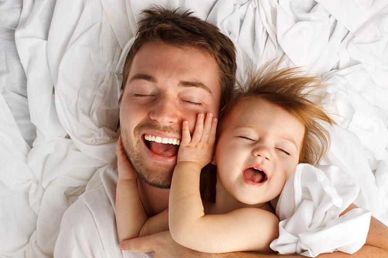 大好きなベビーに好かれて嬉しそうなパパ