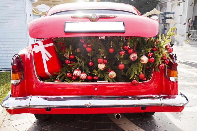 車のトランクの中一面をお花やバルーンでデコレーションしてサプライズ
