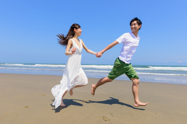 旅行に向かうカップル