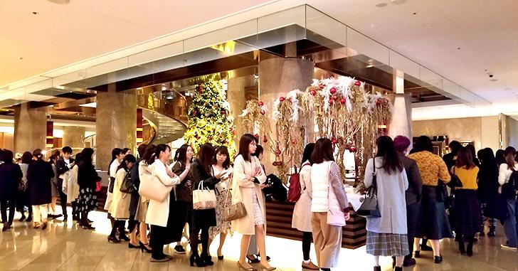 ヒルトン東京マーブルラウンジ「アリスinクリスマス・マジック」デザートビュッフェ 入り口 入店前の列