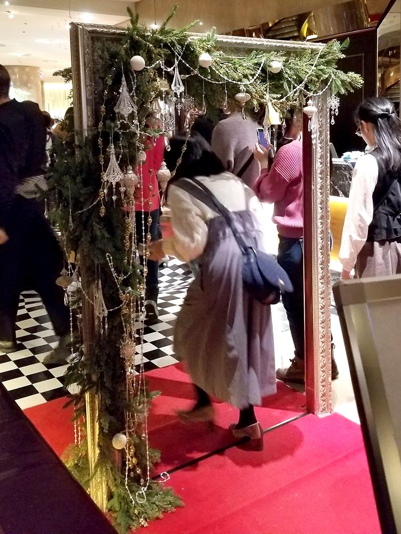 ヒルトン東京マーブルラウンジ「アリスinクリスマス・マジック」デザートビュッフェ 鏡風エントランス