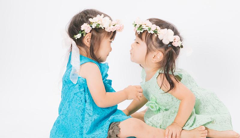 双子の女の子のスタジオ撮影イメージ