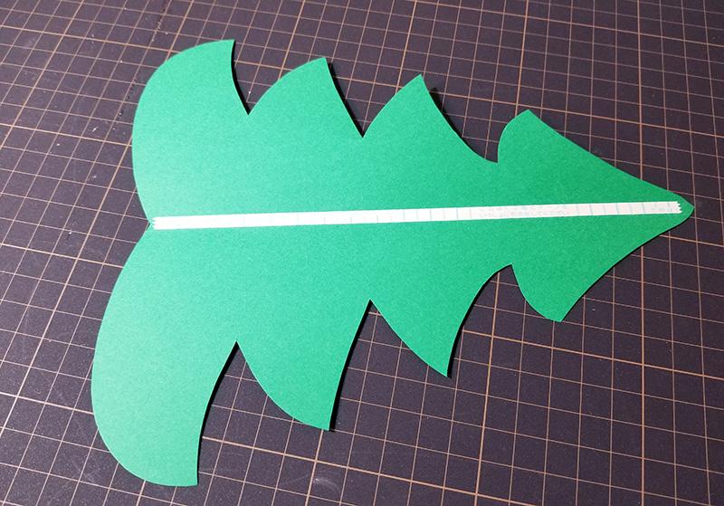 画用紙で作る!簡単ペーパークリスマスツリーの作り方 両面テープを貼る