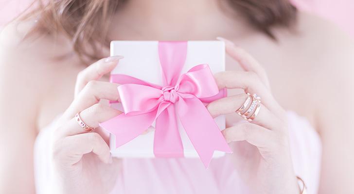 バレンタインのプレゼントを渡そうとしている女性のイメージ