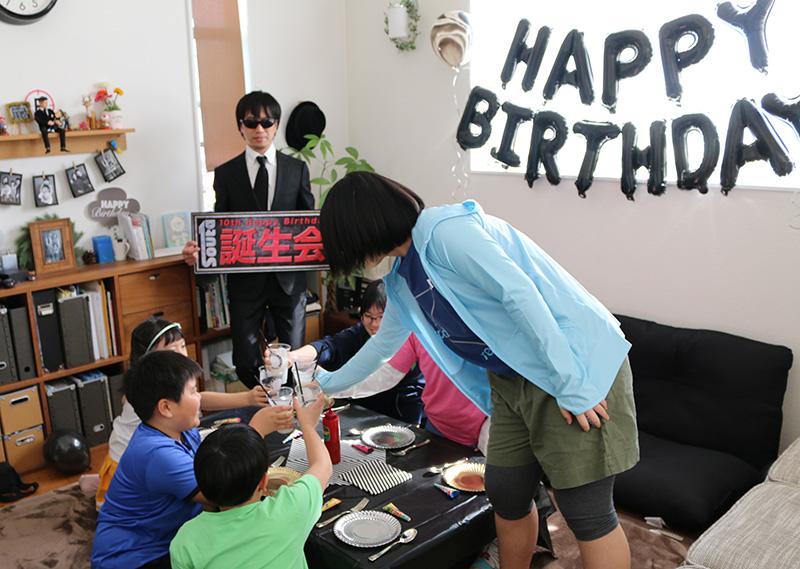 「逃走中」をテーマにした誕生日パーティー演出 乾杯