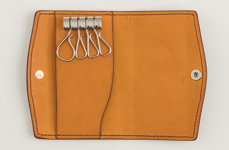 キーフックの背面には名刺やカードなどを差し込めるスリーブが装備