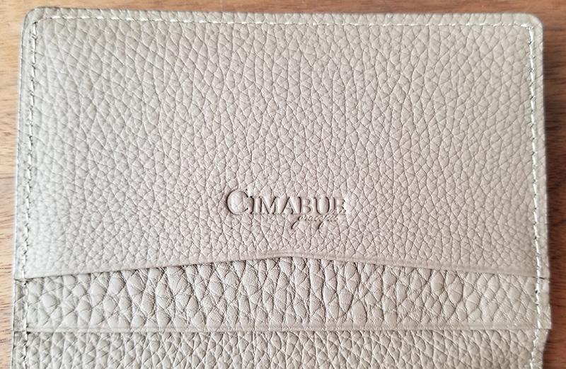 『CIMABUE graceful』のシュランケンカーフ名刺入れ ロゴの箔押し