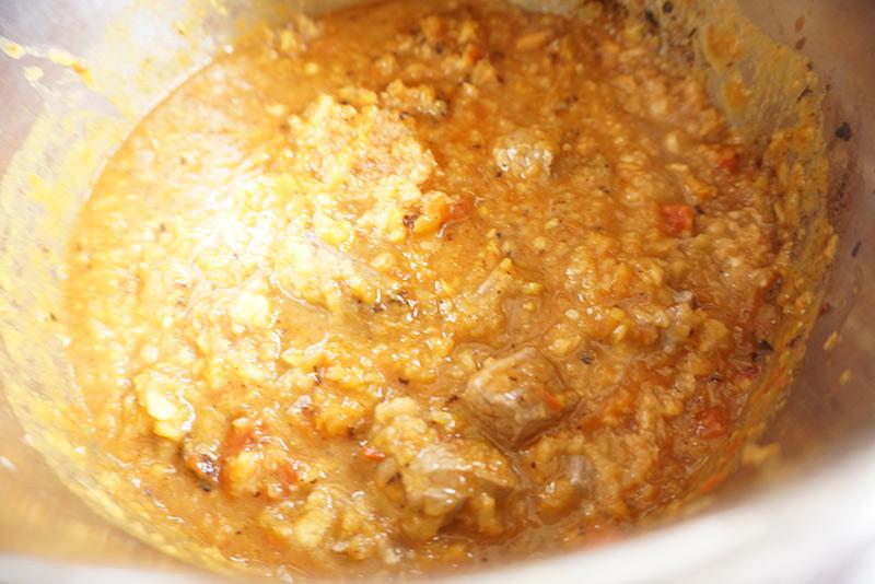 父の日カレー レシピ 作り方 圧力鍋に牛肉とりんごを加えて加熱し、加圧してから15分煮て、火を止め、そのまま減圧します。