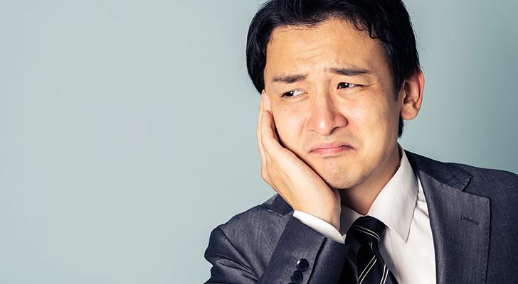 幹事を任されて困っている男性のイメージ