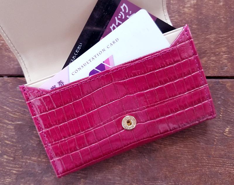 エーテルのクロコ型押し名刺入れ「ニナ・コフレ」の商品レビュー フランボワーズ ポケットにカードを入れた状態