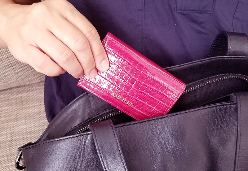 エーテルのクロコ型押し名刺入れ「ニナ・コフレ」の商品レビュー フランボワーズ 使用イメージ