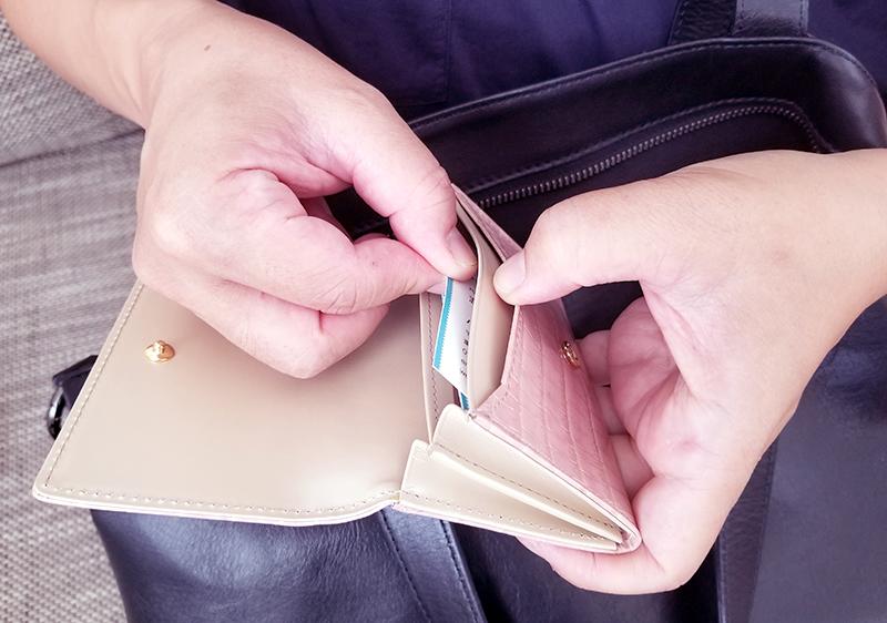 エーテルのクロコ型押し名刺入れ「ニナ・コフレ」の商品レビュー サクラシロップ 使用イメージ