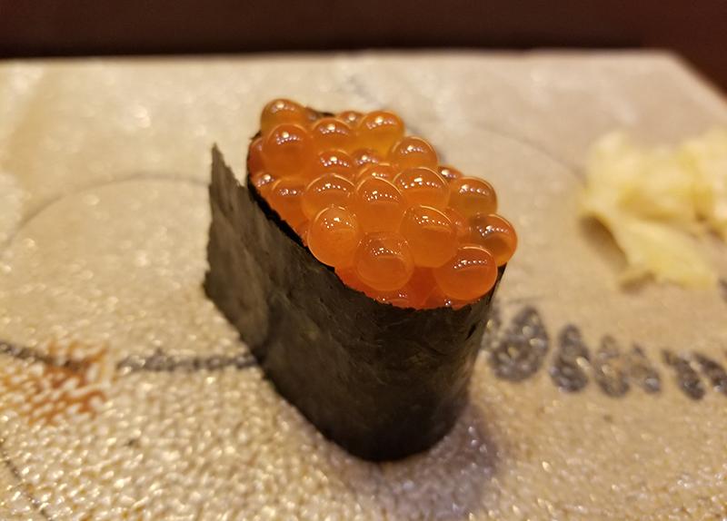 銀座で人気の高級寿司店「すし家 一柳」で食べたランチ イクラ