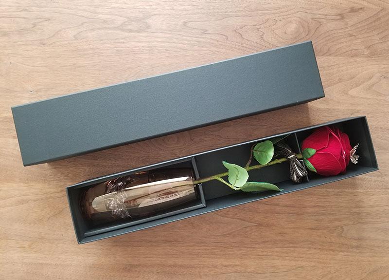 赤バラ1輪メッセージローズのボックスを開けた時のイメージ