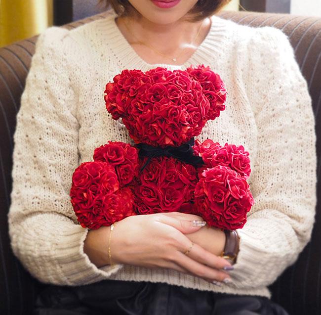 メッセージローズベアーの商品レビュー 女性が抱っこしているイメージ