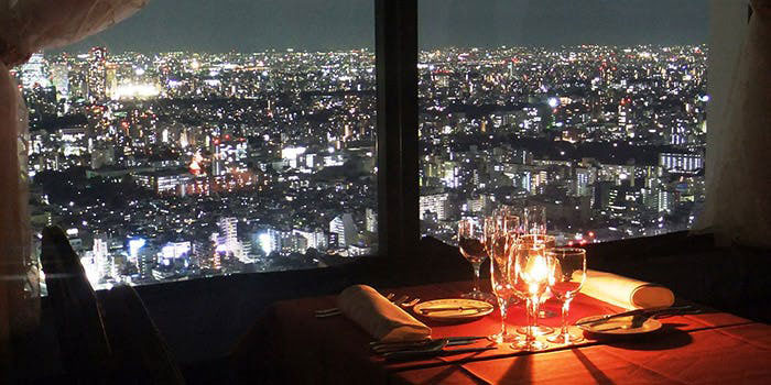 ワイン&ダイニング デューク/新宿野村ビル50F|西新宿・フランス料理 店内 夜景