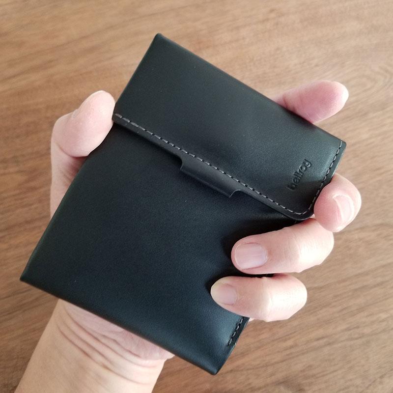手で持ったイメージ スリムでコンパクトな財布「ベルロイ コインフォルド ウォレット」