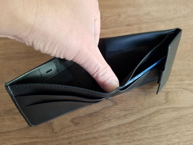 札入れを開いたイメージ スリムでコンパクトな財布「ベルロイ コインフォルド ウォレット」