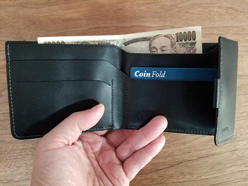 札入れに一万円札を入れたイメージ スリムでコンパクトな財布「ベルロイ コインフォルド ウォレット」