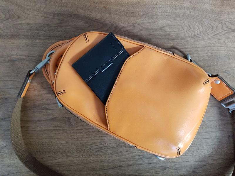 ボディバッグのポケットに入れたイメージ スリムでコンパクトな財布「ベルロイ コインフォルド ウォレット」