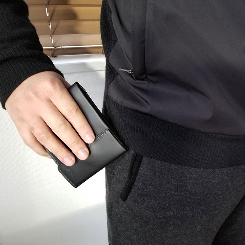 パンツのポケットから取り出すイメージ スリムでコンパクトな財布「ベルロイ コインフォルド ウォレット」