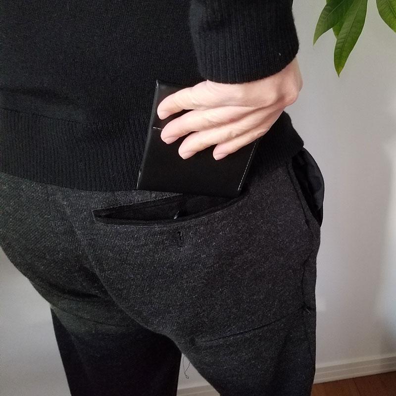 パンツのケツポケットから取り出すイメージ スリムでコンパクトな財布「ベルロイ コインフォルド ウォレット」