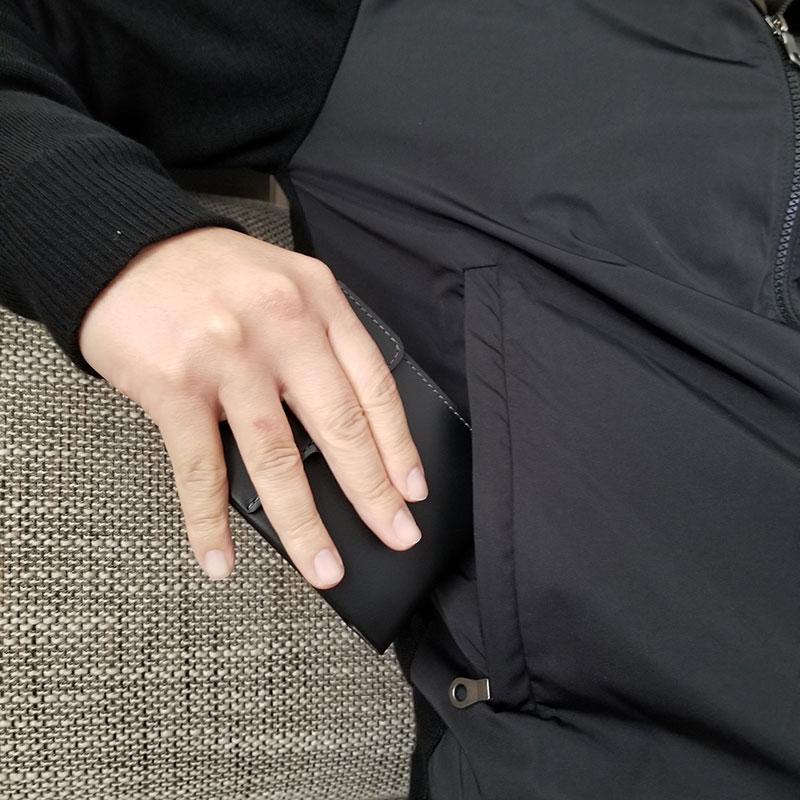ジャケットのポケットから取り出すイメージ スリムでコンパクトな財布「ベルロイ コインフォルド ウォレット」