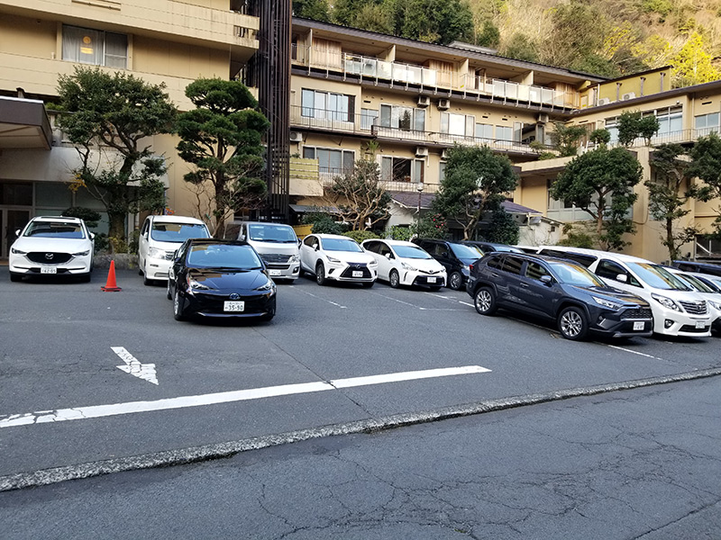 駐車場 箱根湯本「ホテルおかだ」露天風呂付き客室「紅藤」に泊まってみた感想