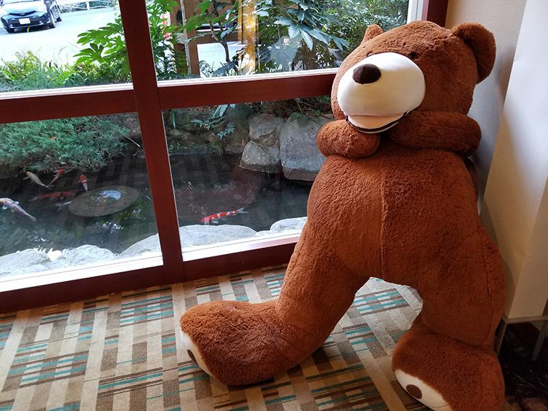 巨大なベアーのぬいぐるみ 箱根湯本「ホテルおかだ」露天風呂付き客室 「紅藤」に泊まってみた感想