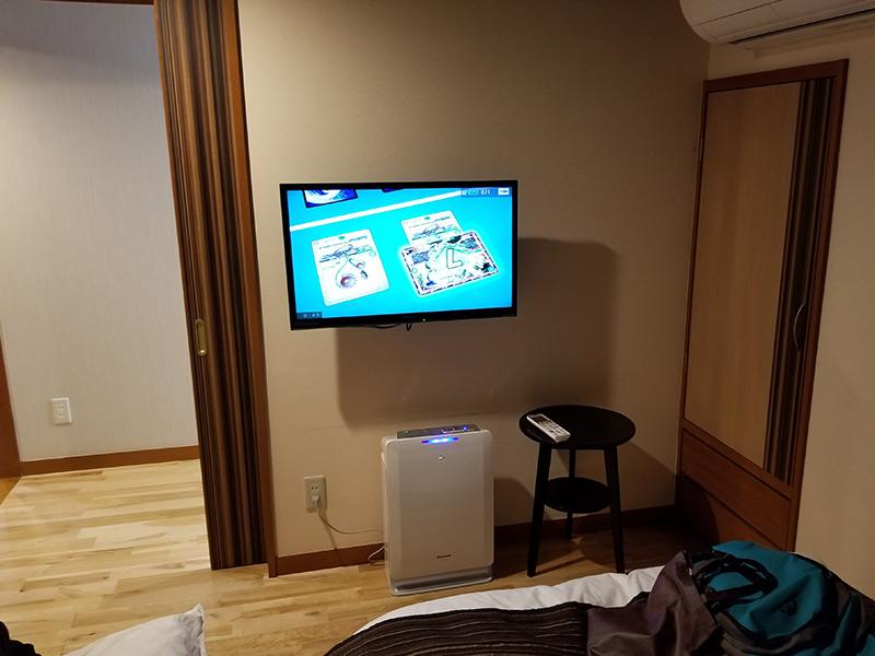 ベッドルームのテレビ 箱根湯本「ホテルおかだ」露天風呂付き客室「紅藤」に泊まってみた感想