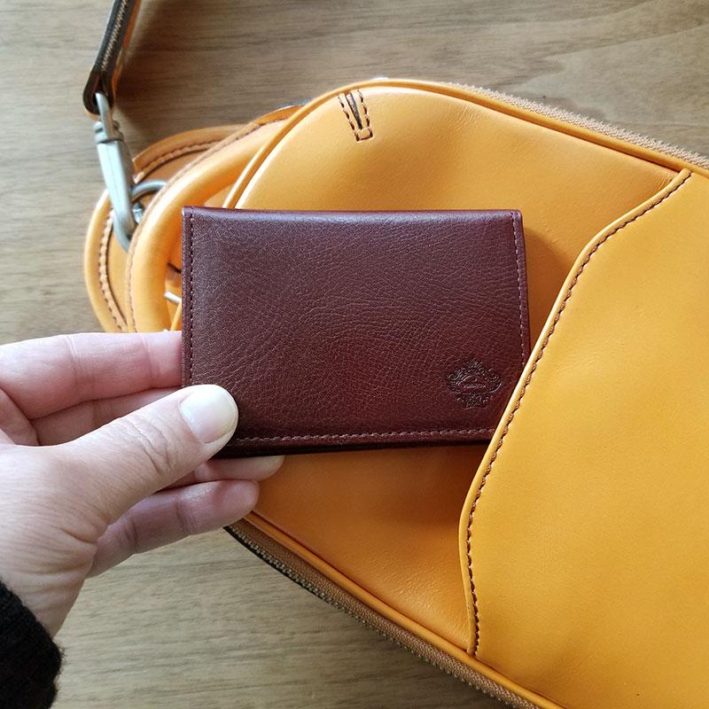 「オロビアンコ(Orobianco)」のパスケース カバンから取り出すイメージ