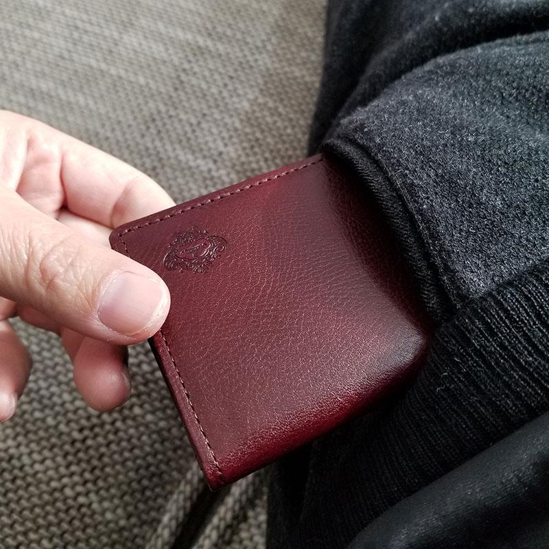 「オロビアンコ(Orobianco)」のパスケース パンツのポケットから取り出すイメージ