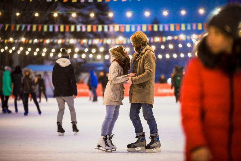 氷上で愛を深めるスケートデート