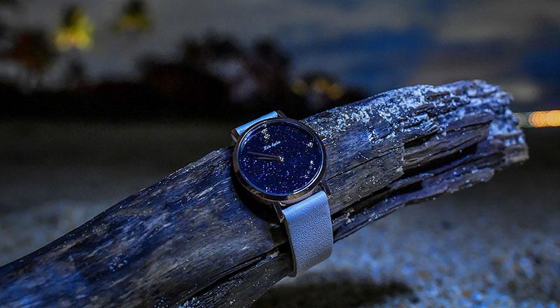 星空の下で星空モチーフの腕時計をプレゼント