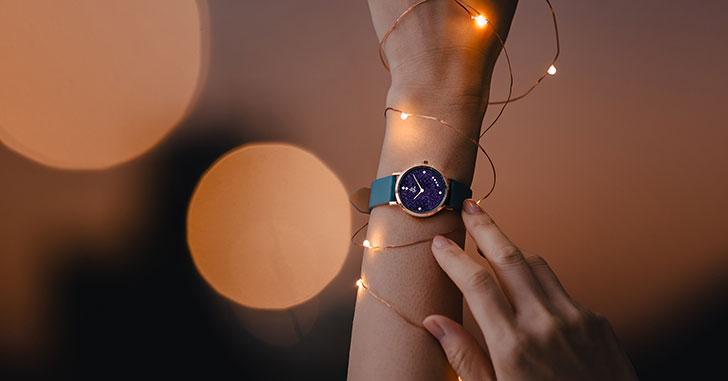腕時計の時間を見ているイメージ