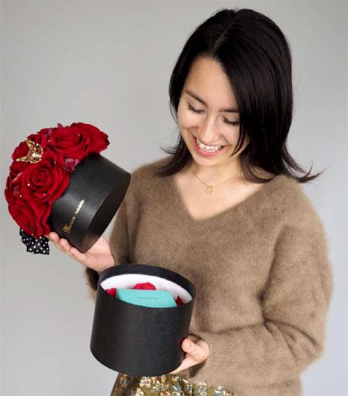 赤いバラのサプライズプレゼントボックス