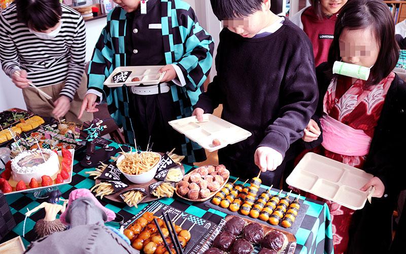 鬼滅の刃がテーマの誕生日パーティー演出 料理を選ぶ子供達