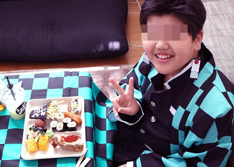 鬼滅の刃がテーマの誕生日パーティー演出 料理を食べる子供達