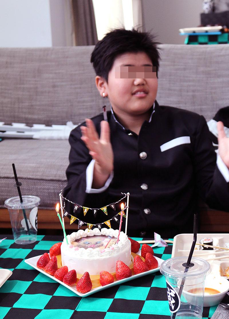 鬼滅の刃がテーマの誕生日パーティー演出 バースデーケーキでお祝い