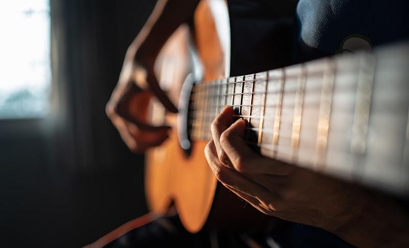 特技のギターを披露する人