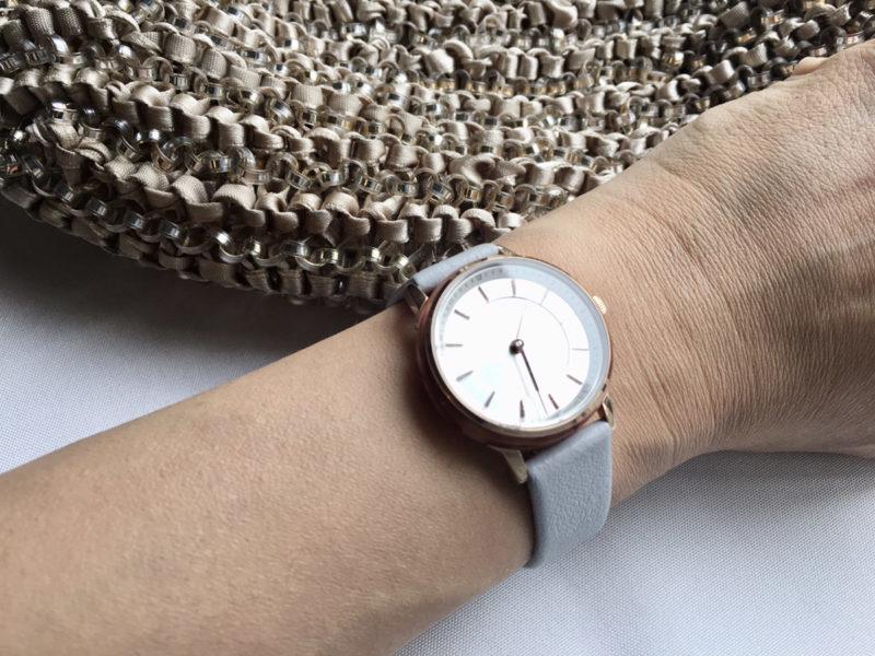 グレーのベルトの時計