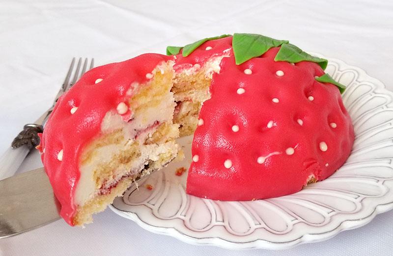 ケーキをカットした状態 いちごの立体ケーキ レビュー 感想