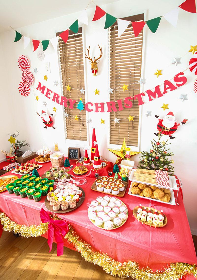 サンタのオブジェを飾ったクリスマスパーティーの様子