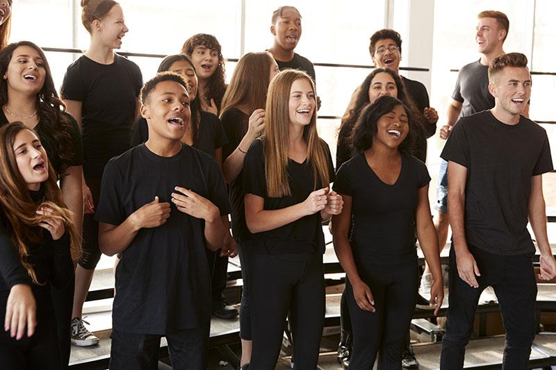 歌を歌う生徒たち